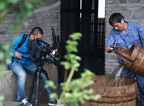 """央视四套""""寻找海峡两岸文化传承人""""节目摄制组来我司拍摄"""